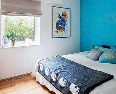 Bright Bedroom Wall Decoration With Modern Wallpaper
