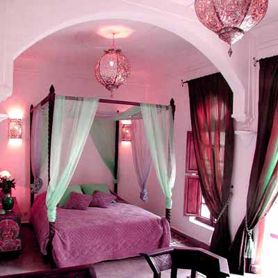 Exotic moroccan bedroom decorating light and deep purple for Exotic bedroom designs
