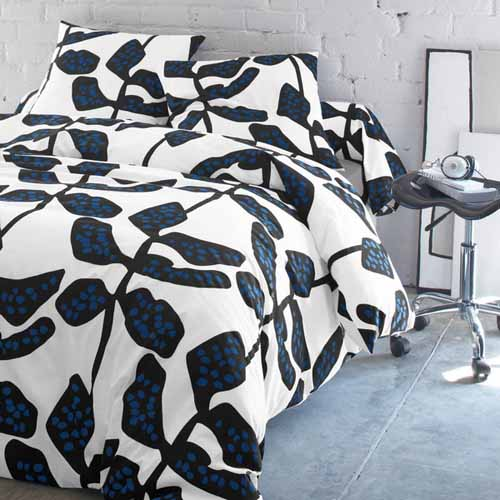 black and white bedding sets with blue details present modern color trends