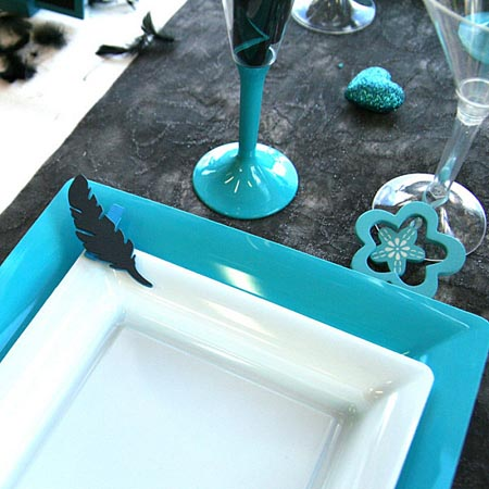 black feathers and turquoise color flowers for table decoration