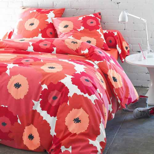 floral bedding sets in red and pink are modern color trends and bedroom ideas