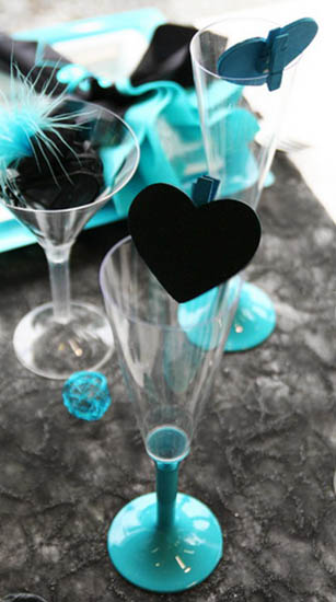 glass decoration with heart and table decorations in black and turquoise colors