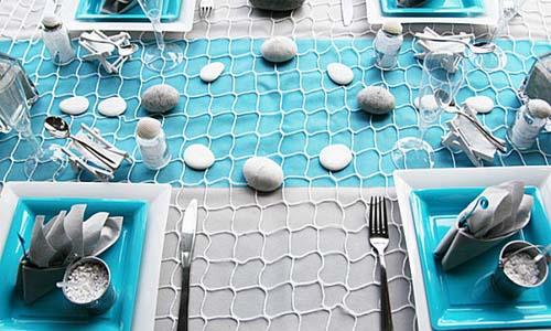 Beach pebbles table decoration in white and turquoise colors - Chemin de table filet de peche ...
