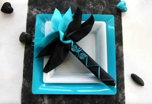 Feathers and hearts dinner table decorations black and for Decoration bleu turquoise