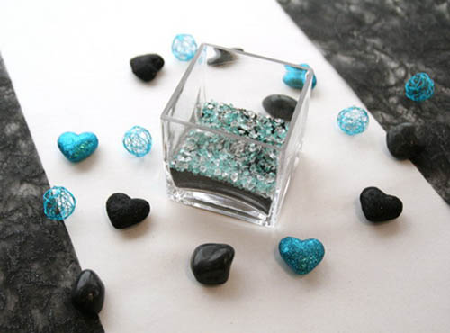 table centerpiece ideas with hearts decorations in black and turquoise colors