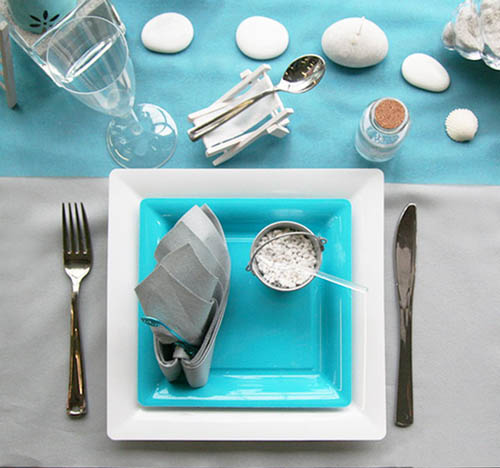 Beach pebbles table decoration in white and turquoise colors for Deco taupe et turquoise