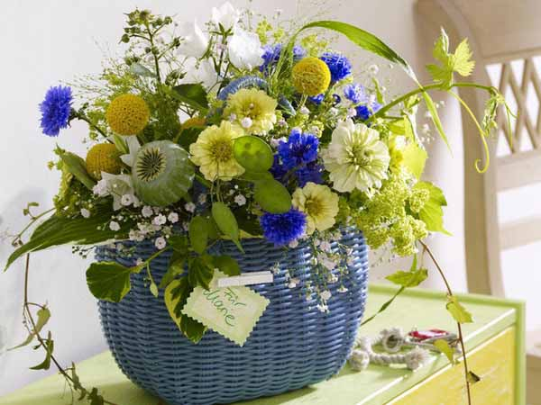 floral centerpiece ideas and flower arrangements in yellow and blue colors