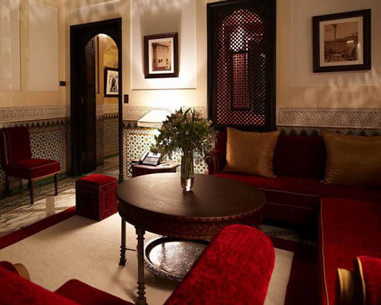 decorating dining rooms with wooden furniture and red upholstery fabric to emphasize moroccan style
