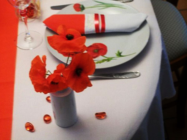red poppy flower centerpieces and table decorating ideas