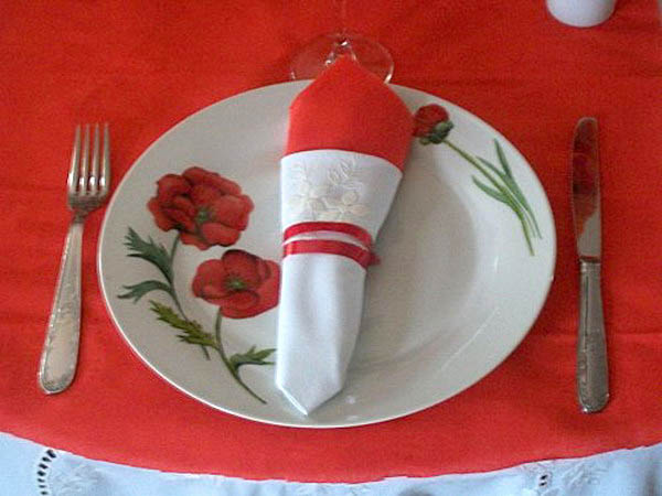 red poppy dinnerware and table decorations in white and red colors