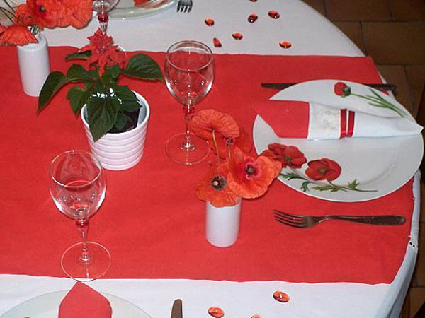 red poppy flower centerpiece ideas and table decorations