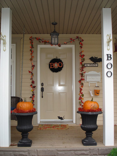 simple halloween decorations and ideas, black urns with pumpkins, door wreath and garland