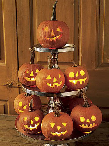 creative halloween party table centerpiece ideas with carved and glowing pumpkins