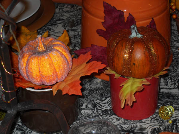 simple fall ideas and holiday decorations for thanksgiving table made of small pumpkins and fal leaves