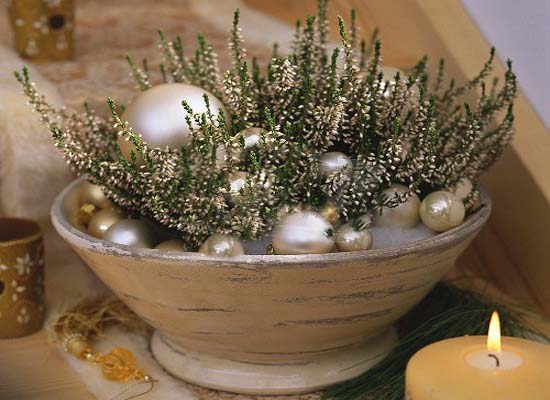 green and white heather christmas table centerpiece idea