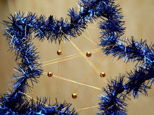 gold christmas decorations and holiday table centerpieces in beautiful dark blue and warm gold colors are excellent choices for festive christmas decor