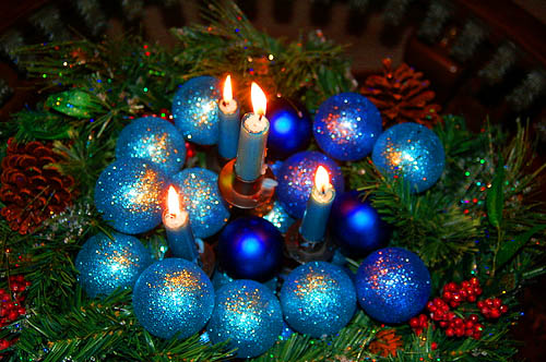 blue candles with light and dark blue christmas balls table centerpiece ideas