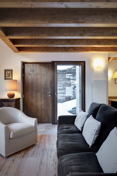 small living room design with wooden ceiling beams
