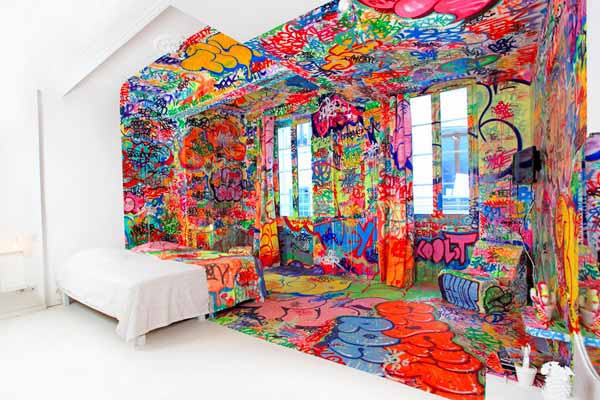 colorful bedroom decorating ideas by graffiti artists hotel au vieux panier. Black Bedroom Furniture Sets. Home Design Ideas
