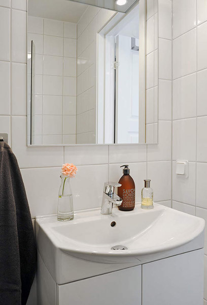 white bathroom wall tiles
