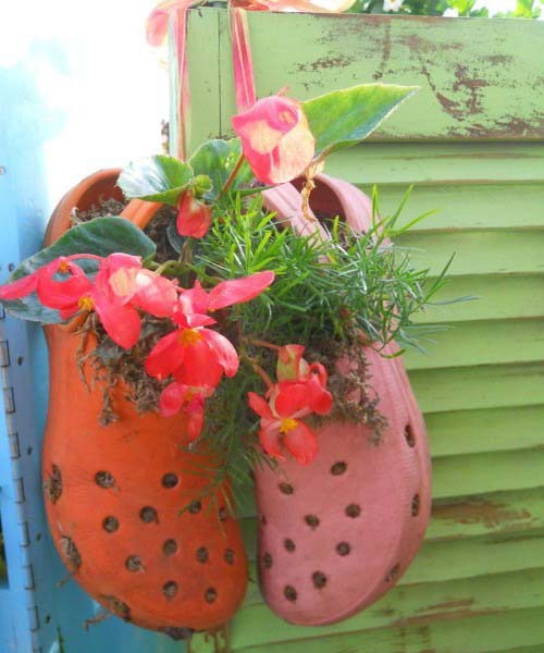 hanging soes with flowers