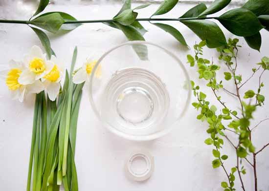 floral table decoration, making flower arrangement