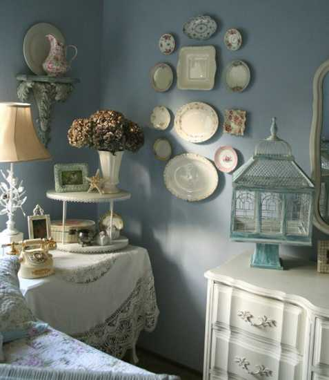 chabby chic table and wall decorations