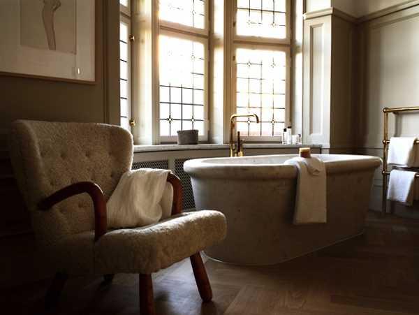 modern bathroom decor in vintage style