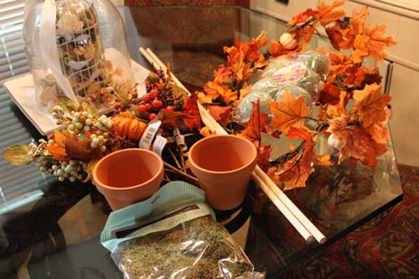 making thanksgiving table centerpieces with leaves