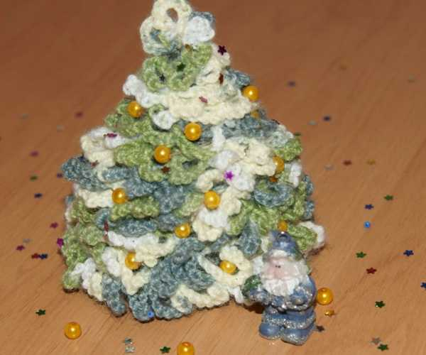 crochet christmas tree decorated with beads in golden color