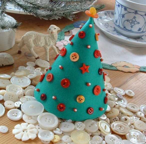 grfelt christmas tree decorated with buttons and yarn