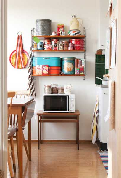 Vintage Kitchen Decorating With Bright Accessories