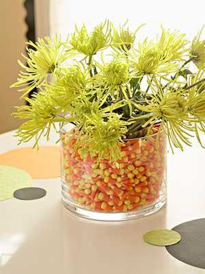 flower arrangement with corn for creative thanksgiving decorating