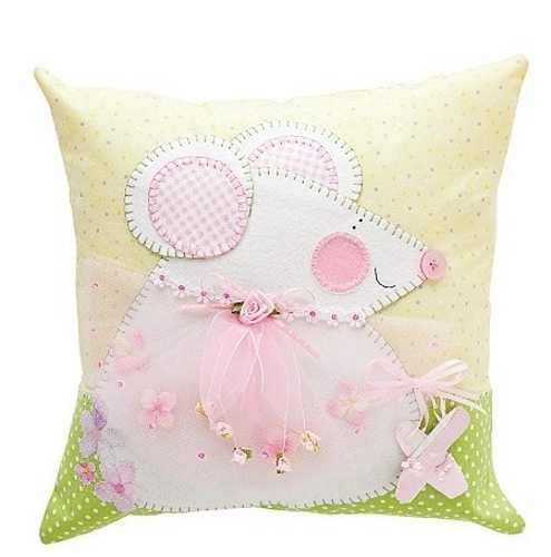 making pillows with appliques for kids rooms