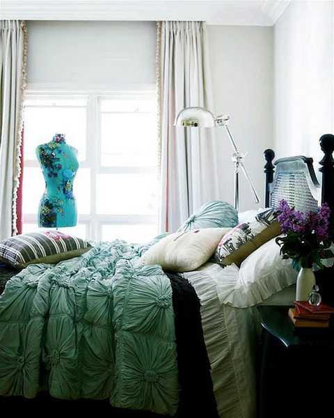 beautiful bedroom decorating with textures bedding in white and light turquoise