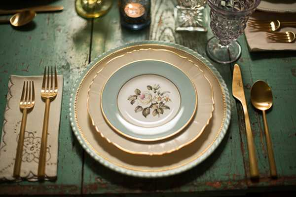 vintage plates for table decoration