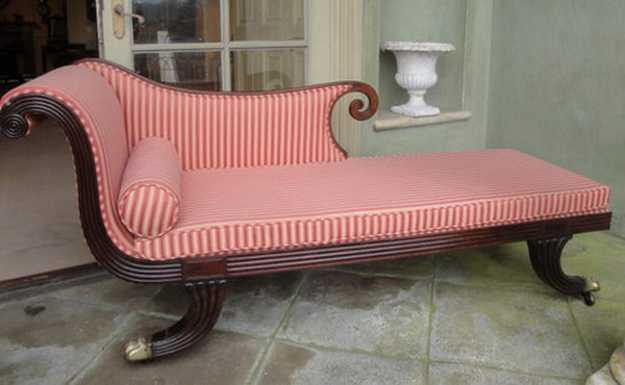 recamier with striped upholstery fabric in white and red colors