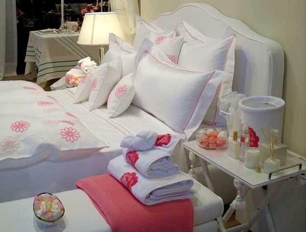 pink and white bedding set
