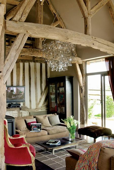 living room design with wntique wood beams, vintage furniture and crystal chandelier