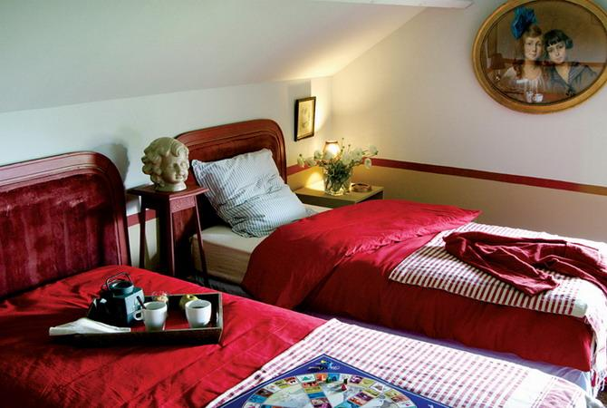 kids bedroom decorating with red bedding