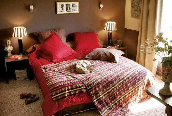 bedroom decorating with red bedding