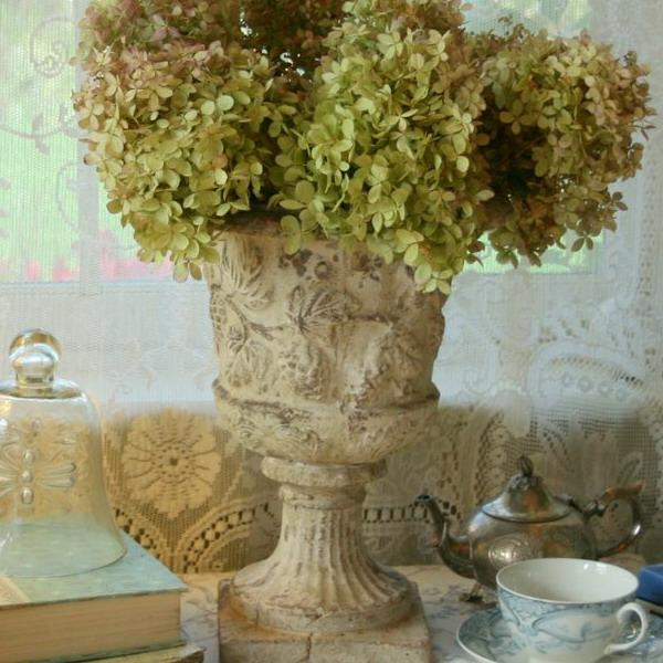 Shabby chic decorating ideas inspired by beautiful flowers for Antique decoration ideas
