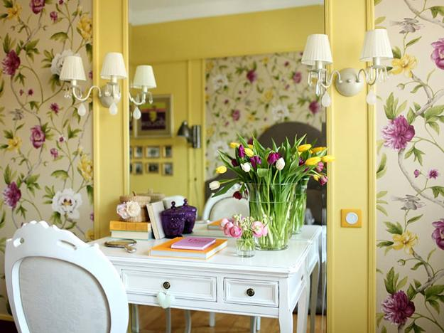 Bright decorating colors turning small apartment into for Yellow living room wallpaper