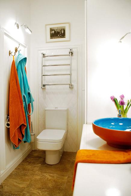 Bright decorating colors turning small apartment into - Bright colored bathroom decor ...