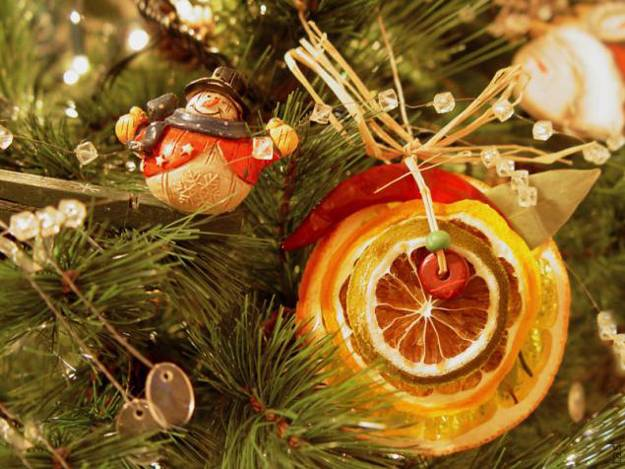 christmas tree decorations made with lemons and oranges slices - Yellow Christmas Decorations