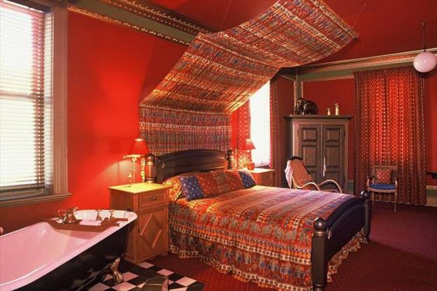 20 oriental interior decorating ideas bringing exotic chic into modern room decor for Interior of bedroom in indian style