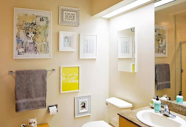 Peaceful white decorating with blue and yellow color accents for Yellow and blue bathroom ideas