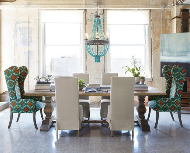 Beau Classic Dining Room Decorating With Vintage Furniture And Large Crystal  Chandelier