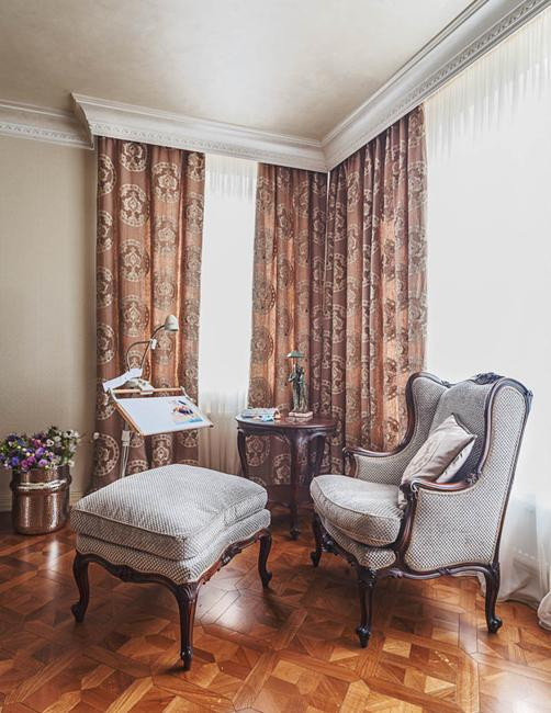 Cozy modern interior decorating in classic style with for Classic interior design style