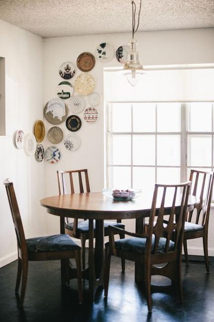 21 modern wall decor ideas using decorative plates for Unique dining room wall decor